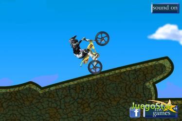 Conduciendo bicicleta en montañas